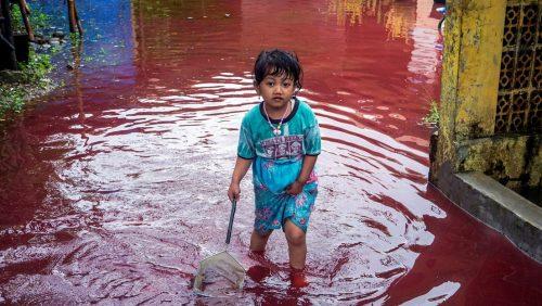 Indonesia: inondazione travolge fabbrica di tintura. Acqua rossa nel villaggio di Jenggot