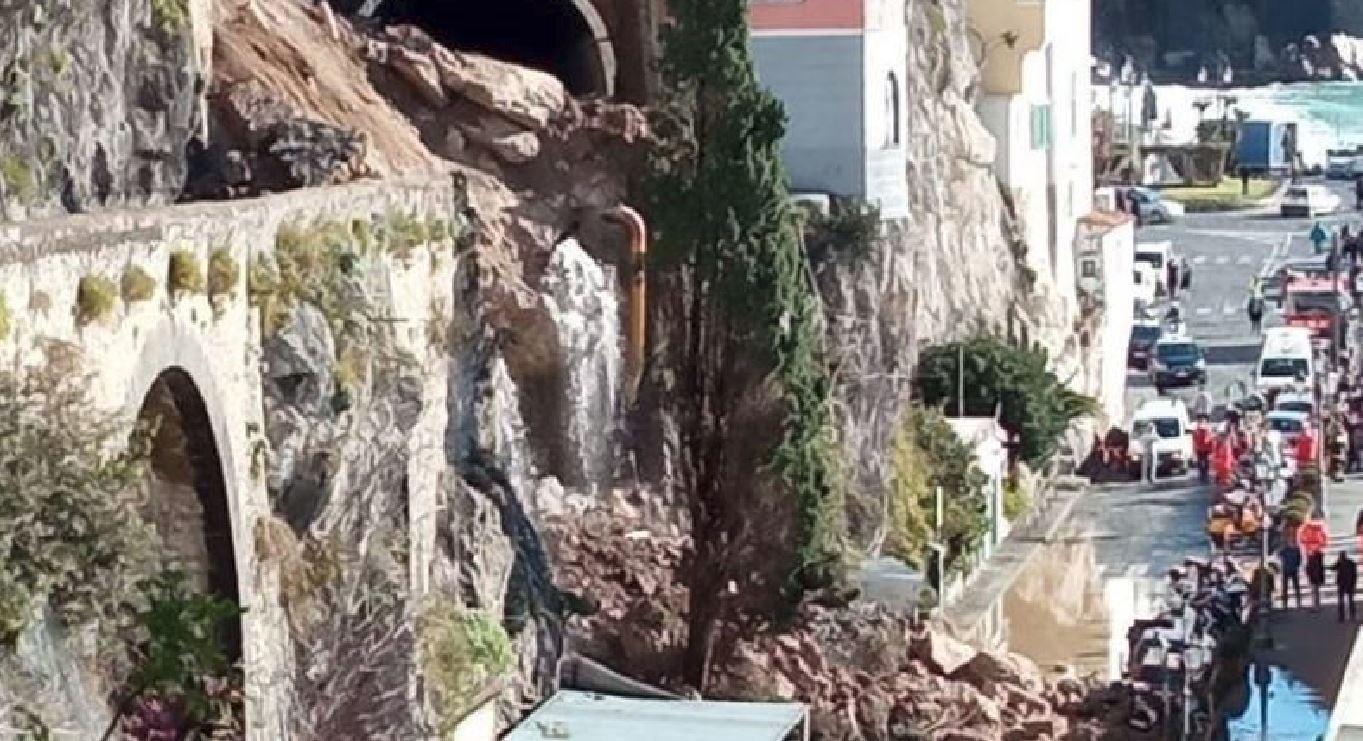 Collassa il costone, enorme frana sulla statale di Amalfi: si scava tra le macerie