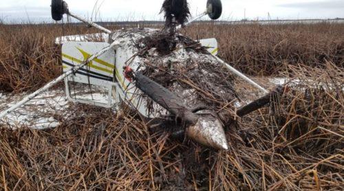 Incidente aereo: velivolo si schianta e capovolge durante un atterraggio di emergenza