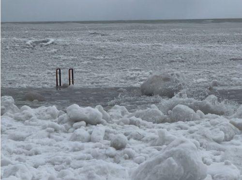 Freddo record negli USA: blocchi di ghiaccio sul Lago Michigan. Tempesta di neve a New York