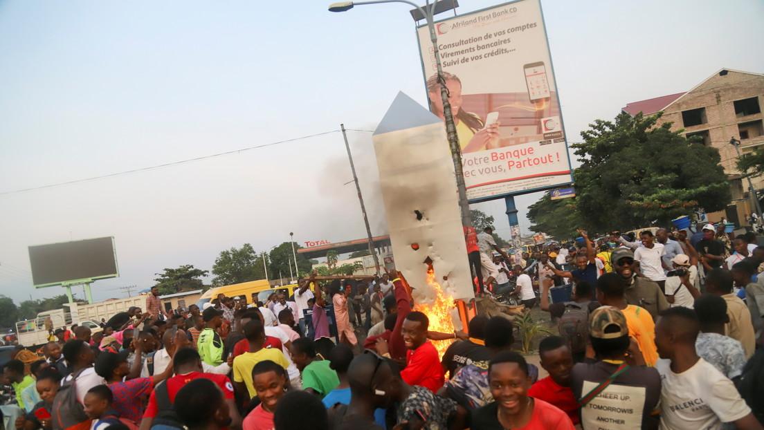 Congo: 'monolite' appare a Kinshasa. La popolazione lo distrugge