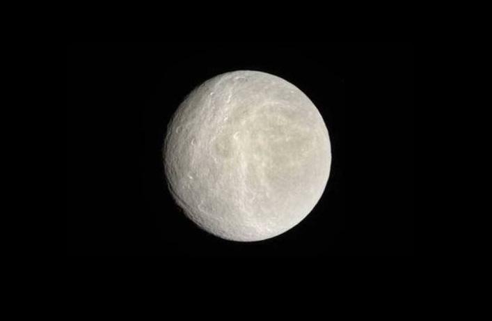Una sostanza inaspettata scoperta sul satellite di Saturno Rea
