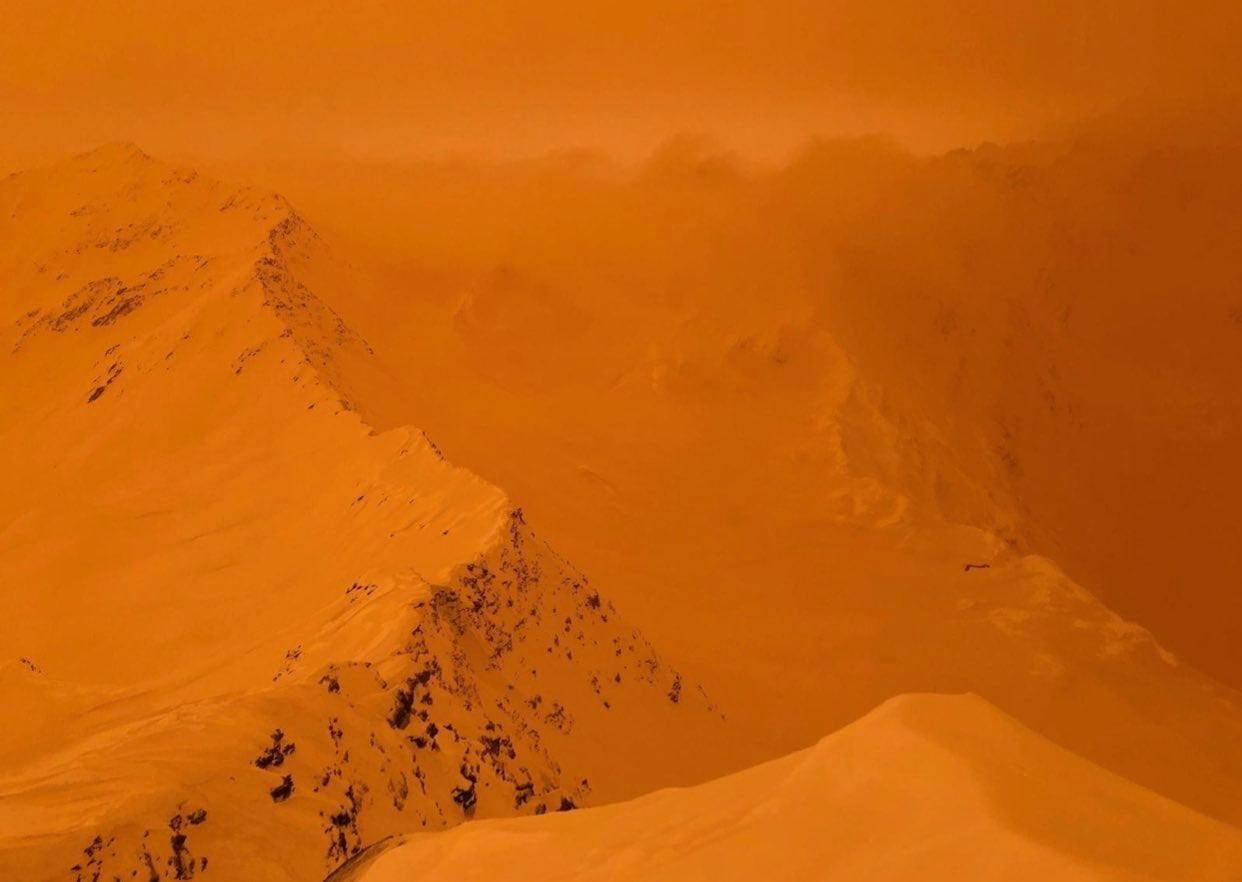 La sabbia del deserto raggiunge le Alpi e i Pirenei. Le neve si tinge di arancione