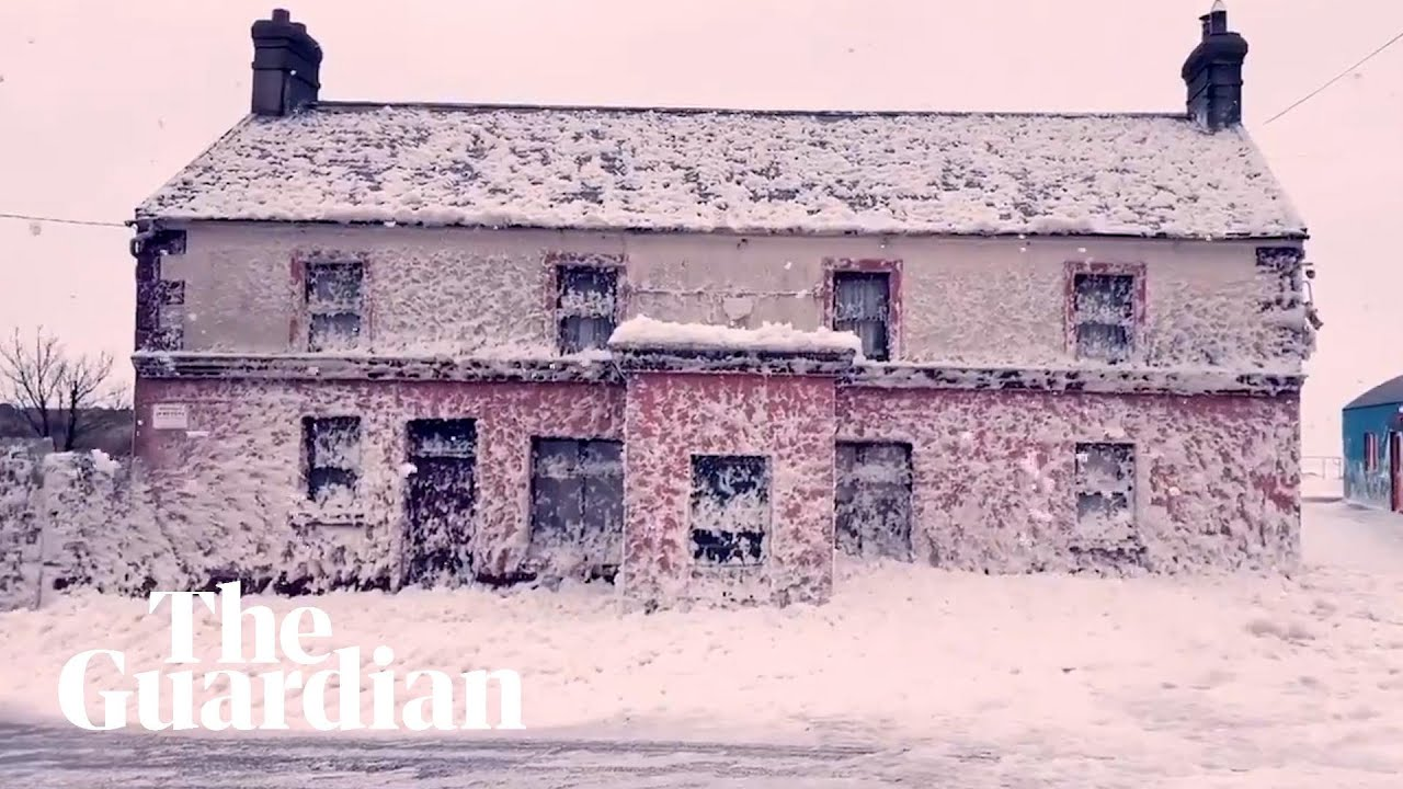 Irlanda: la schiuma invade il comune di Bunmahon. Il video
