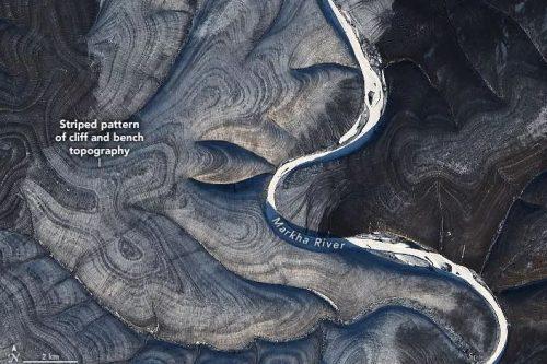 Siberia: le immagini satellitari rivelano un misterioso terreno a strisce