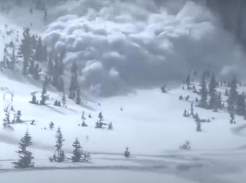 Turista filma valanga: travolto in pieno dalla neve. Il video