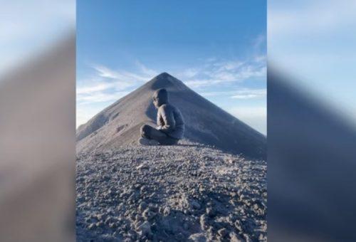 Guatemala: turista osserva il panorama, ma il Volcan de Fuego gli esplode alle spalle. Il video