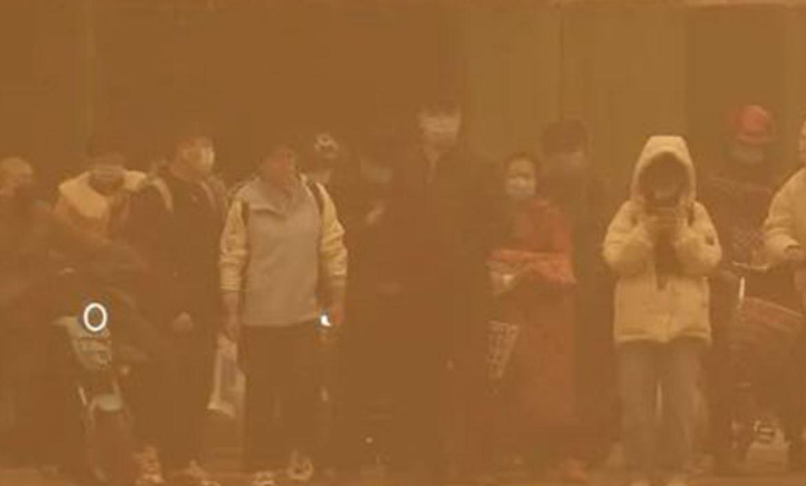 Imponente e storica tempesta di sabbia in Cina: visibilità azzerata, caos e disagi