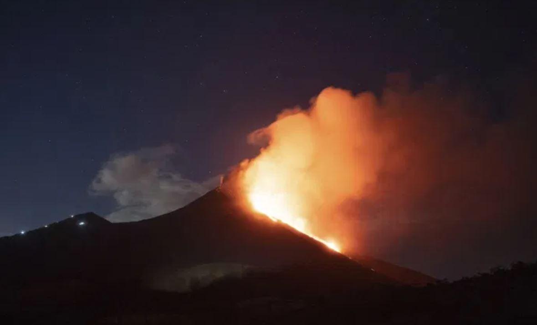 Spaventosa eruzione esplosiva del San Cristobal: cielo oscurato e penetrante odore di zolfo in città