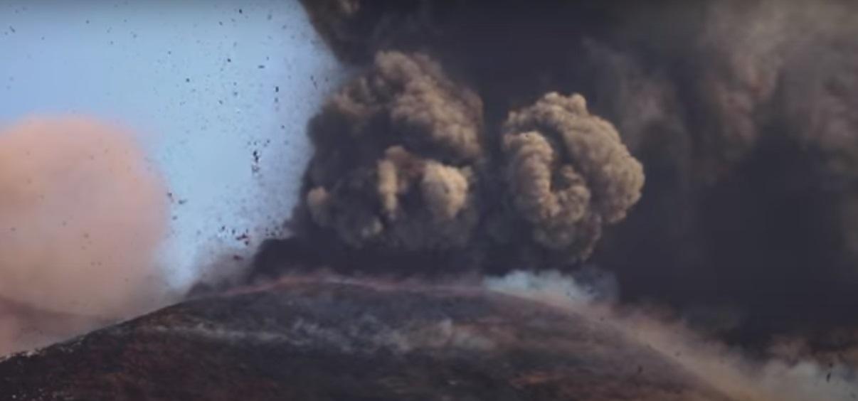Forte eruzione Etna: cenere e lapilli si mescolano con la pioggia