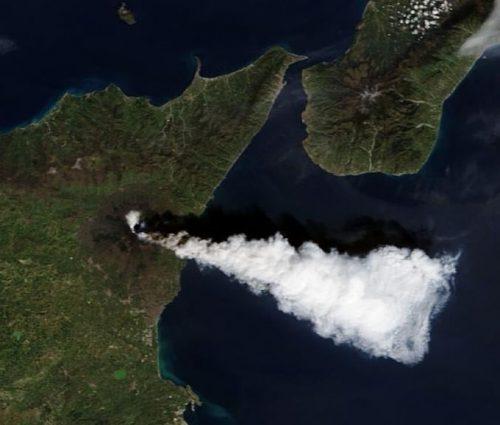 Etna: violentissima eruzione. La nube di cenere raggiunge la stratosfera