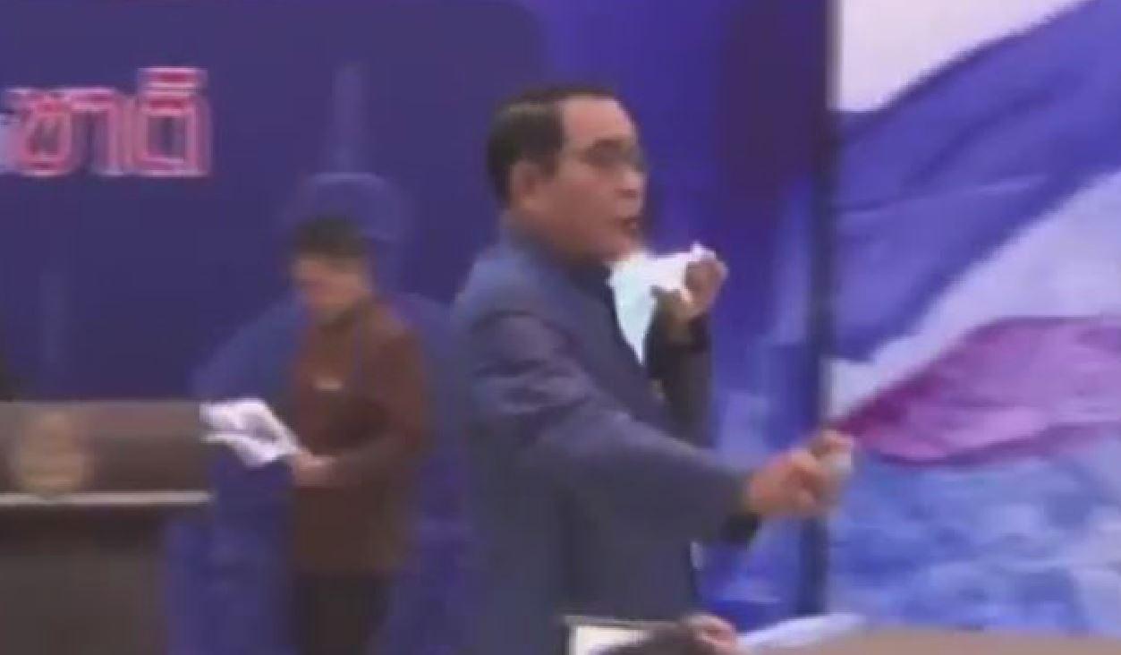 Covid, primo ministro thailandese spruzza igienizzante per mani sui giornalisti