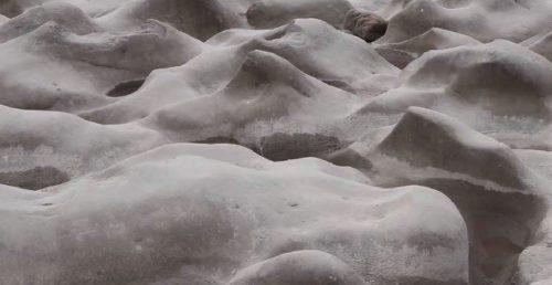 Il fiume Fu si prosciuga: sul fondo compaiono misteriose formazioni rocciose