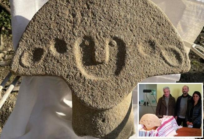 Toscana: passeggia lungo la Via Francigena e scopre un volto di 5mila anni fa