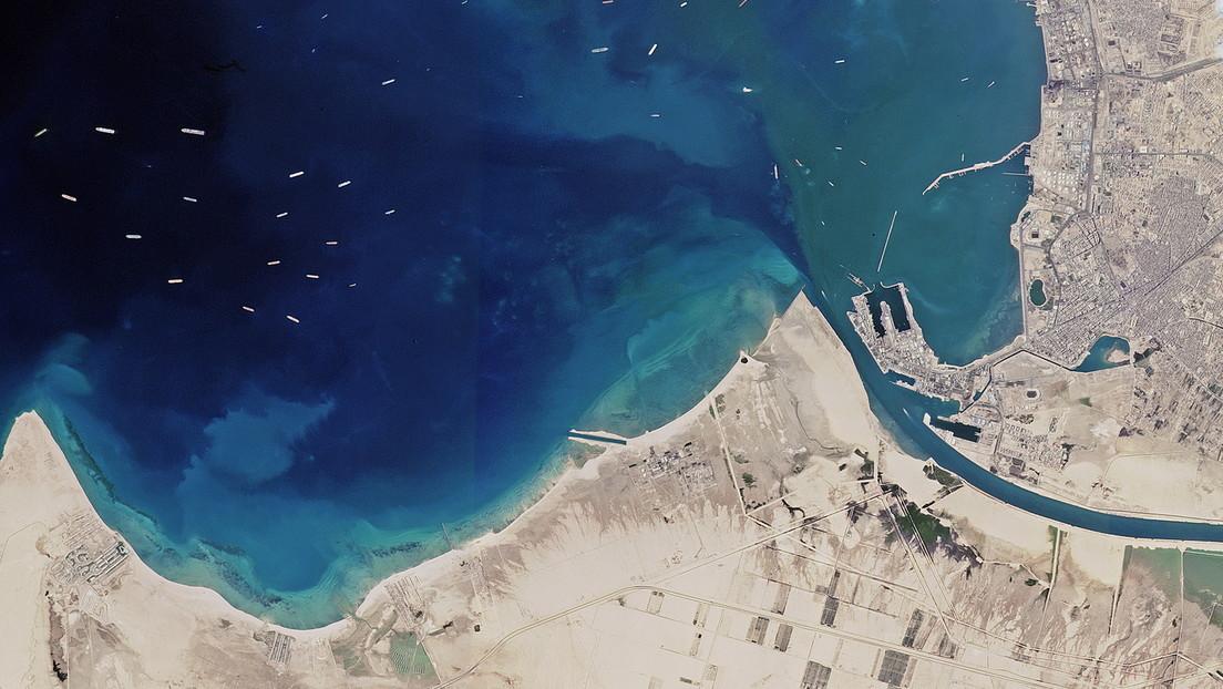 Canale di Suez ancora bloccato dal cargo MV Evergreen: l'enorme ingorgo di navi ripreso dallo spazio