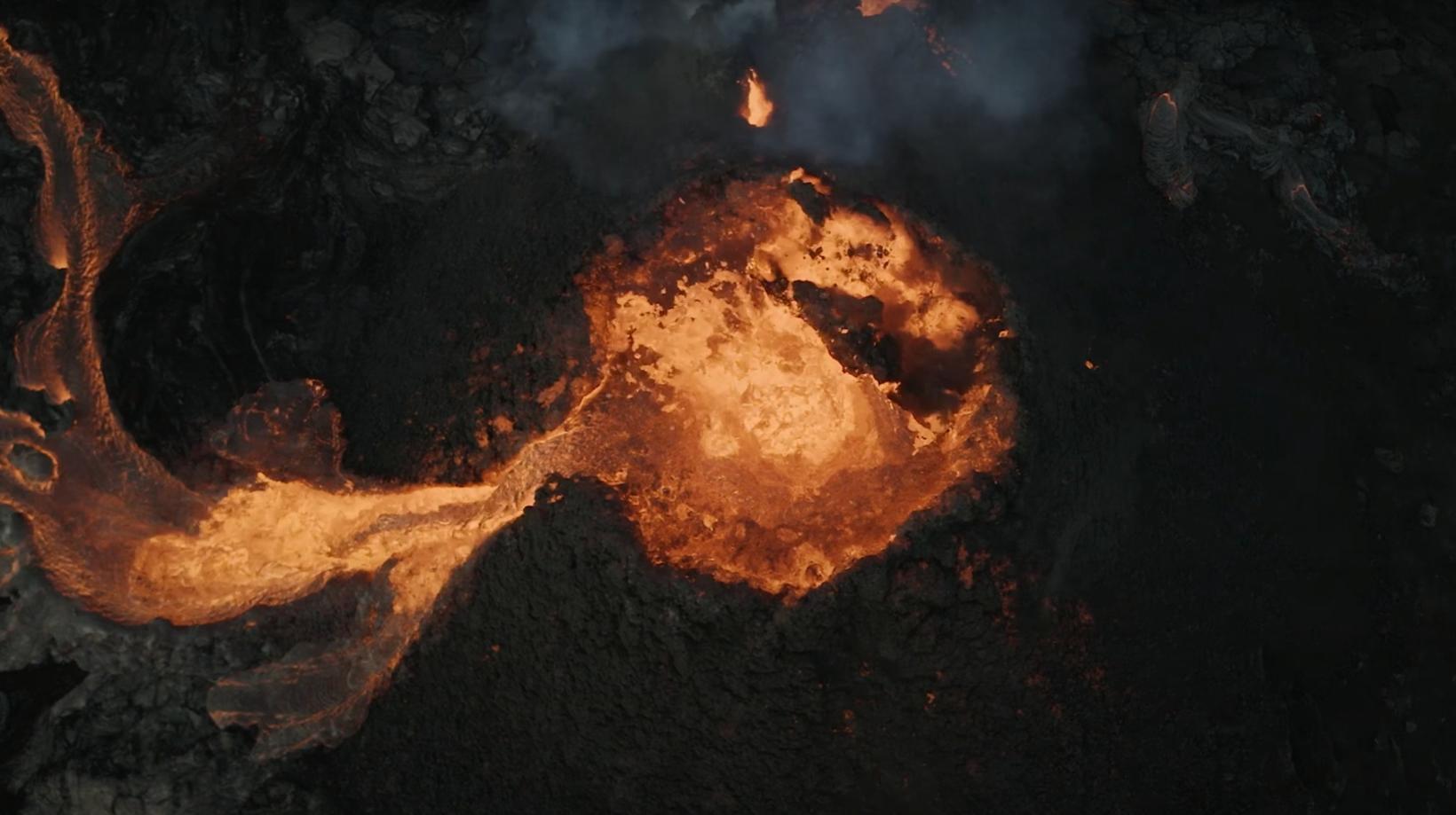 Eruzione Fagradalsfjall: un drone cattura il crollo di parte del cratere. Il video