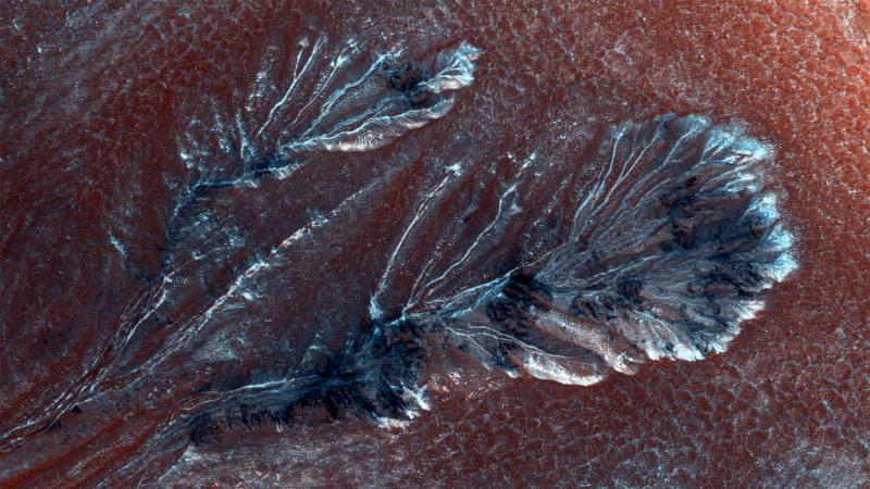 Marte: la stupenda immagine dei canaloni ghiacciati ripresa dal MRO