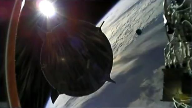Spazio: un oggetto spaziale non identificato sfiora la Crew Dragon di SpaceX. Il video