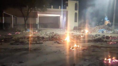 COVID in India: record di morti e contagi. Cadaveri cremati in strada