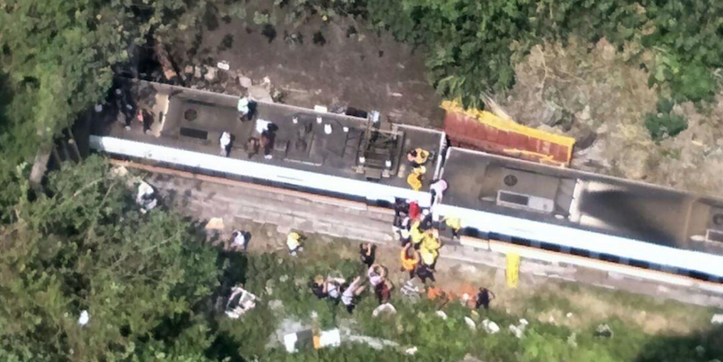Spaventoso deragliamento in un tunnel a Taiwan: 36 morti, 70 persone intrappolate nei vagoni