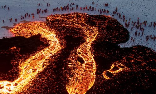 Eruzione Fagradalsfjall: si apre quarta frattura. La lava invade la valle