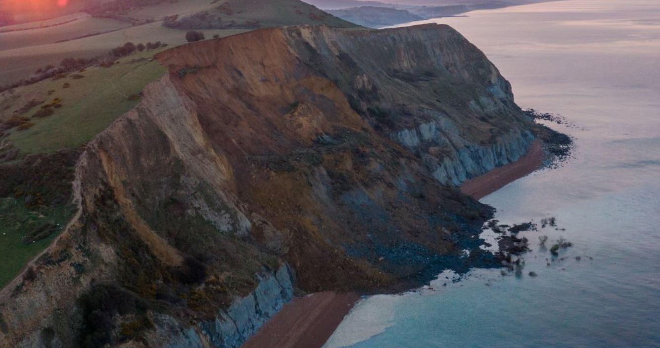 Spaventosa frana dalla scogliera del Dorset: spiaggia sepolta da 4000 tonnellate di roccia