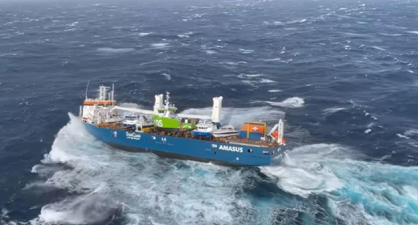 Enorme nave cargo carica di carburante alla deriva e senza equipaggio