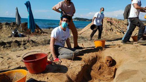 Piombino: tombe e scheletri emergono dalla spiaggia di Baratti