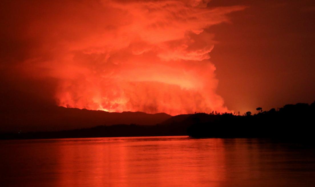 Congo: impressionante bagliore rosso dal vulcano Nyiragongo mentre la lava distrugge le case di Goma