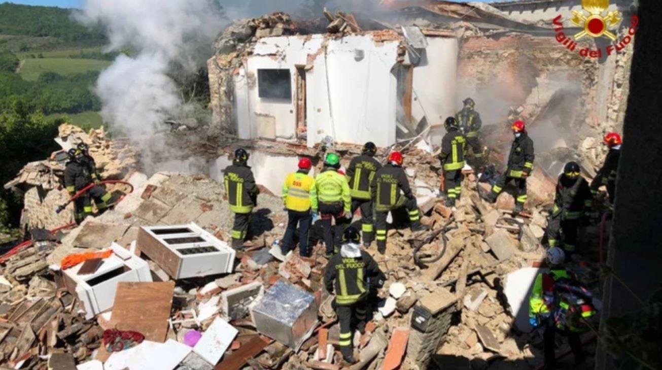 Esplosione in un edificio, casa crollata interamente: un morto e due dispersi