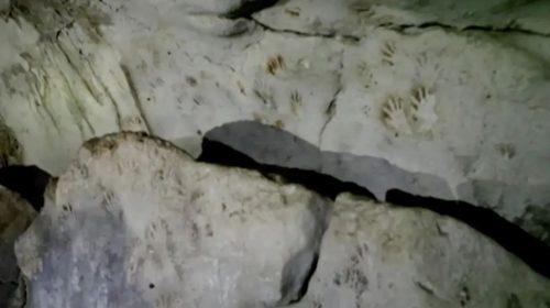 Scoperte decine di misteriose impronte di mani rosse e nere in un'antica grotta Maya