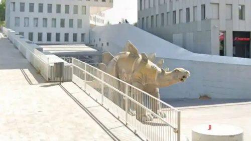 Cadavere di un uomo in un dinosauro di cartapesta: è caduto dentro per recuperare il cellulare