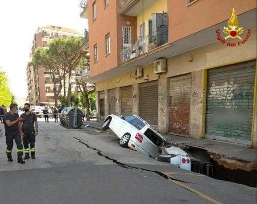 Roma: voragine di sei metri inghiotte due auto a via Zenodossio