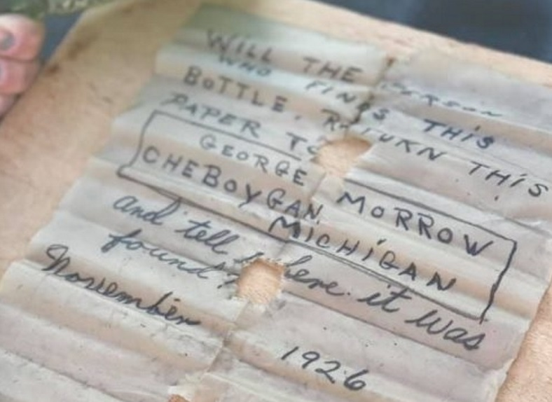 Trova una bottiglia con un messaggio di quasi un secolo fa ed esaudisce il desiderio del mittente