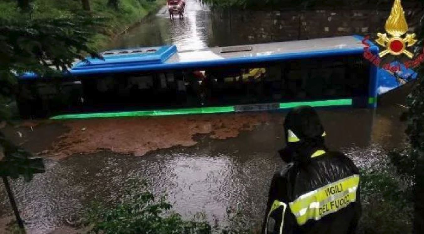 Maltempo Lombardia: bus bloccato nell'acqua, passeggeri soccorsi con i gommoni
