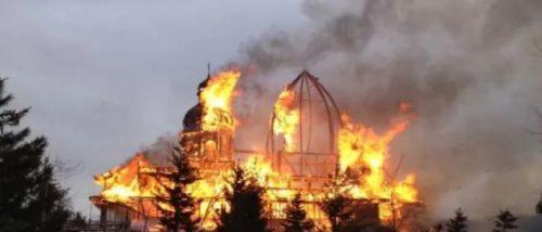 Canada: ancora fosse comuni di bambini.  Nativi danno fuoco alle chiese