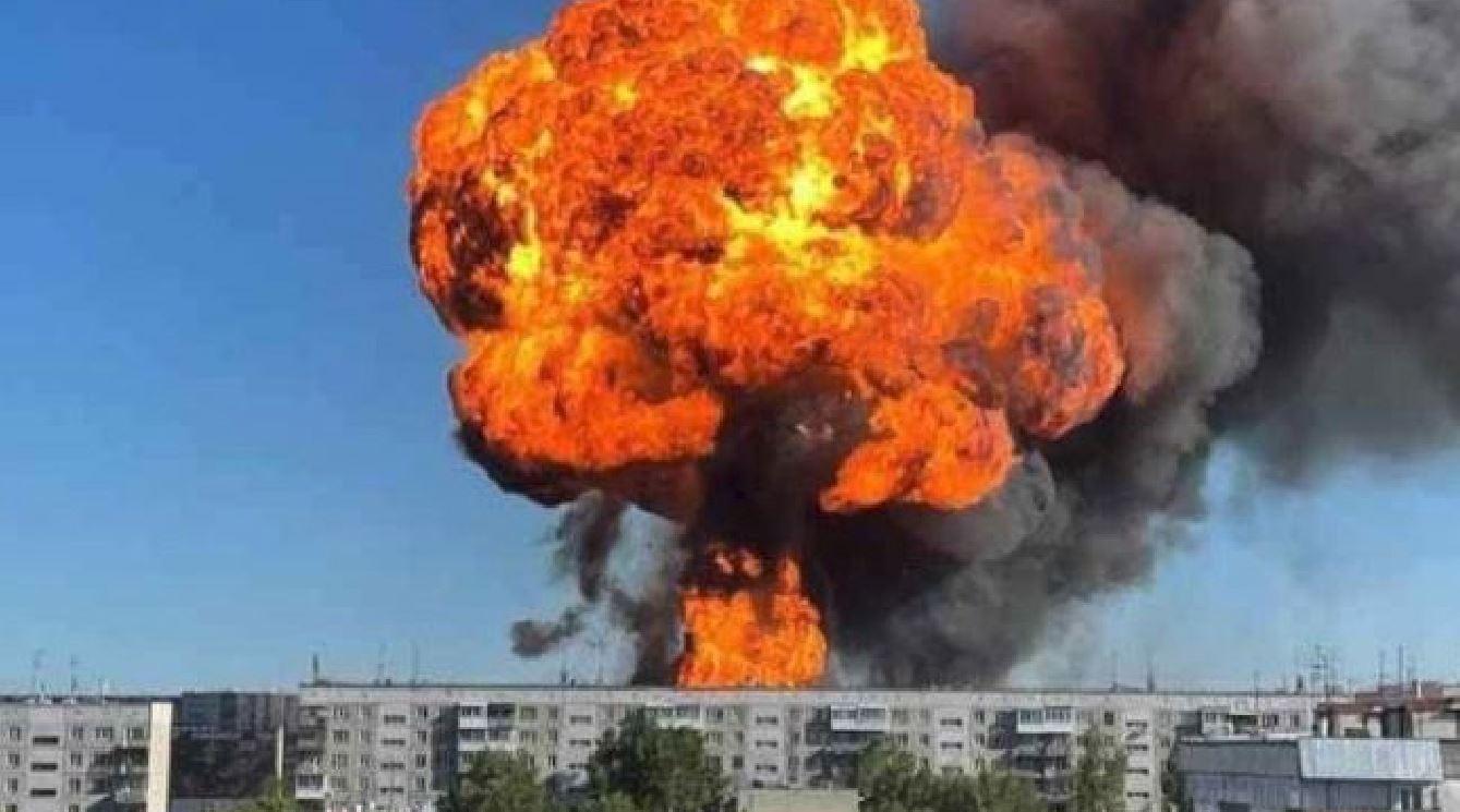 Spaventosa esplosione in un'area di servizio: decine di feriti, vetri in frantumi ed evacuazioni