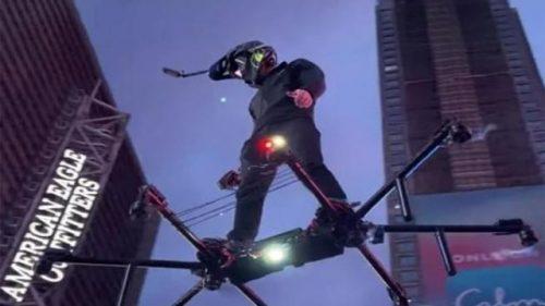 Un uomo vola per il centro di New York su un 'hoverboard' lasciando sbalorditi i passanti. Il video
