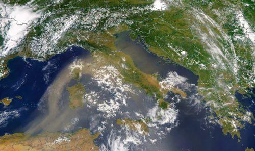 Imponente imponente flusso di sabbia sahariana in arrivo sull'Europa