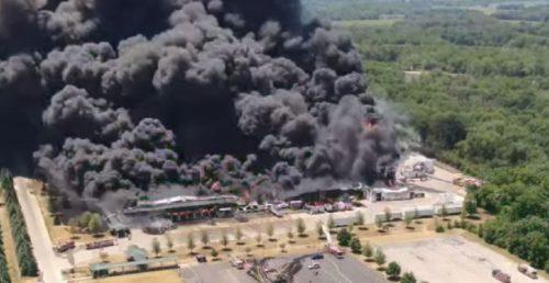 Maxi esplosione in un impianto chimico Usa: generati molti incendi, evacuata tutta l'area