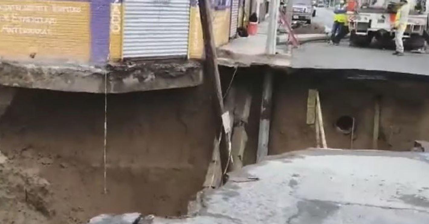 Enorme voragine si apre in mezzo a un incrocio: strada bloccata ed edifici a rischio crollo