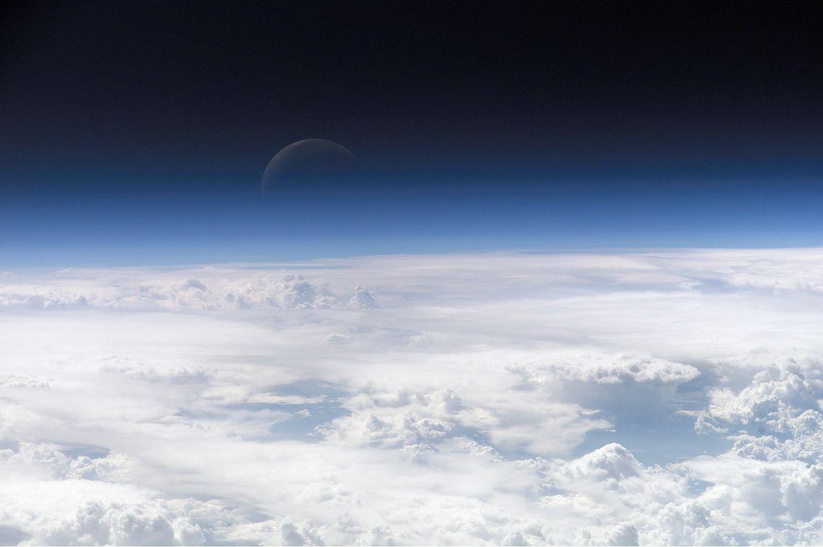 L'atmosfera della Terra si sta restringendo: l'allarme degli scienziati