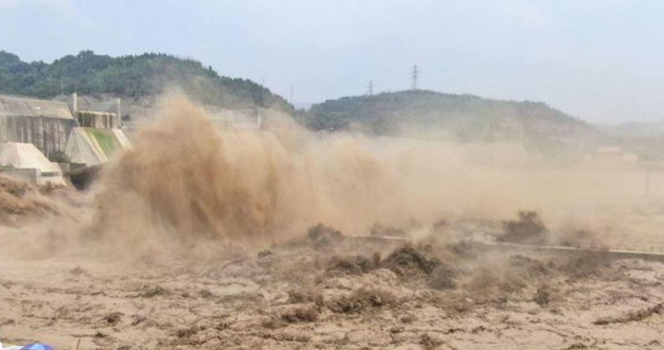 Disastro alluvioni: l'esercito fa saltare la diga di Luoyang per un cedimento potenzialmente catastrofico