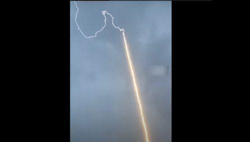 Cina: un fulmine colpisce razzo cinese. Il video dell'impatto