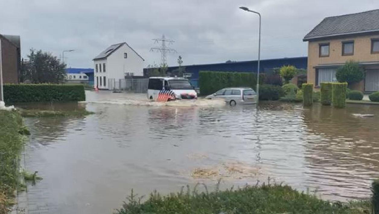 """Si rompe diga nel Limburgo, 4 paesi rischiano di essere sommersi: """"Allontanatevi dalle case"""""""
