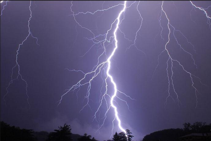 Fulmine colpisce il telefono in mano ad un uomo. Tragedia sfiorata a Lucca