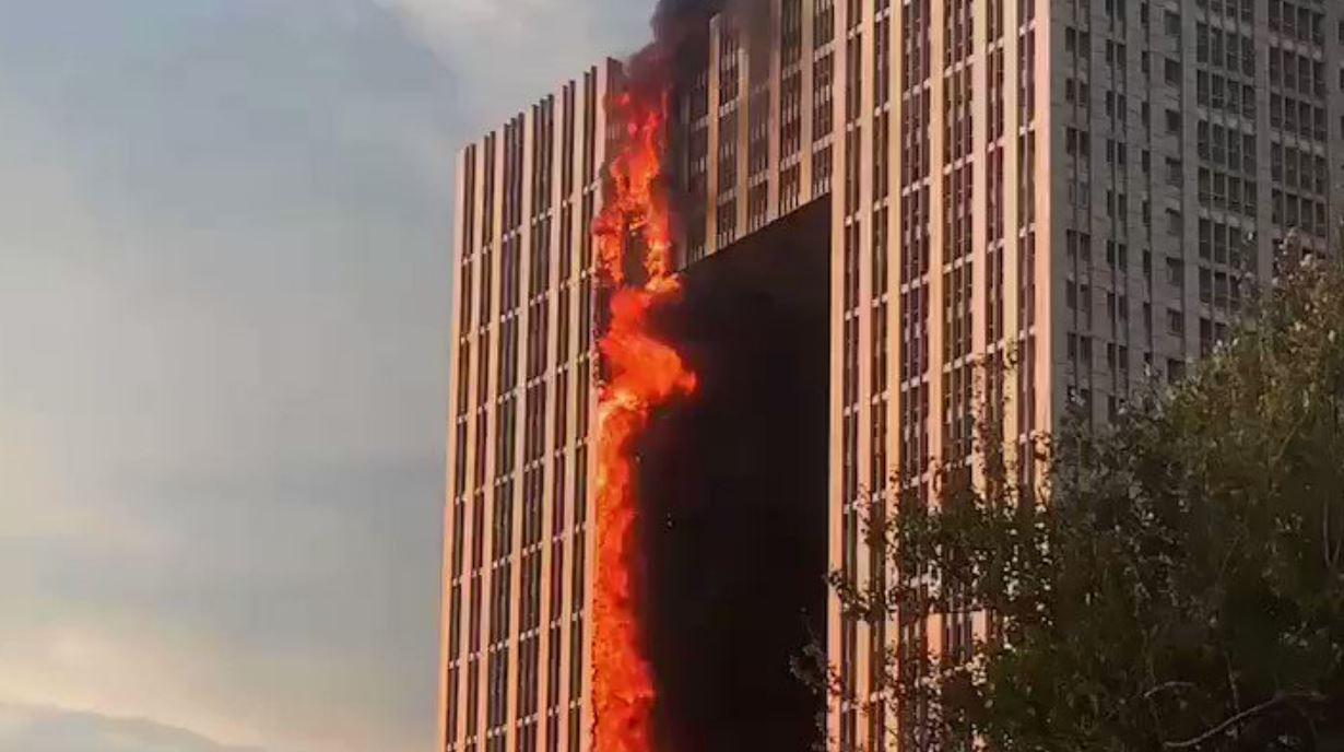 """Spaventoso incendio devasta un intero grattacielo: """"È un inferno di fuoco"""""""