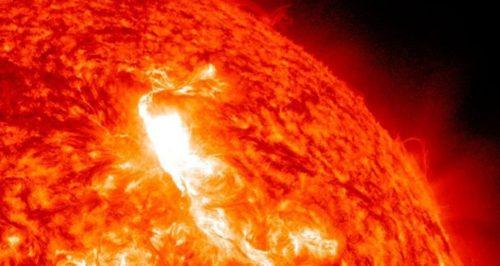 Intensa esplosione sul Sole: la nube di massa coronale potrebbe raggiungere la Terra