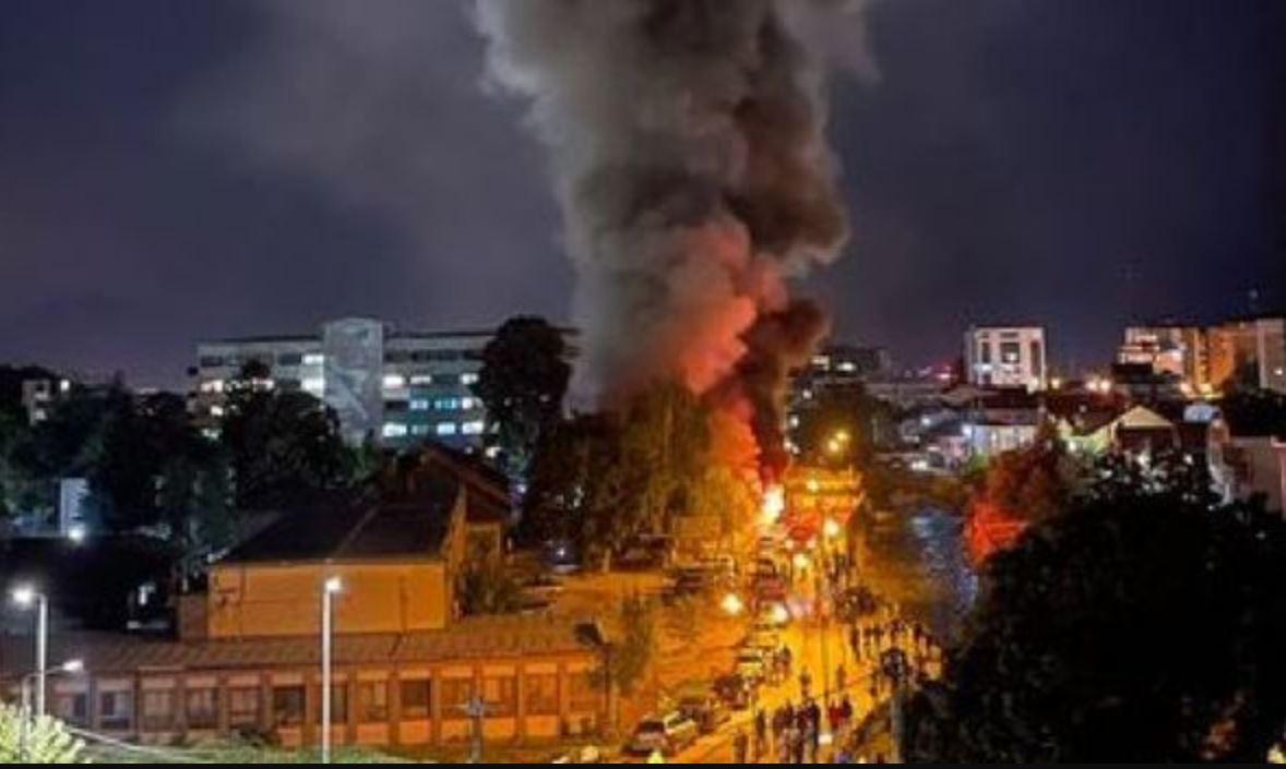 Spaventoso rogo divampa in un ospedale Covid dopo un'esplosione: 10 morti e molti feriti