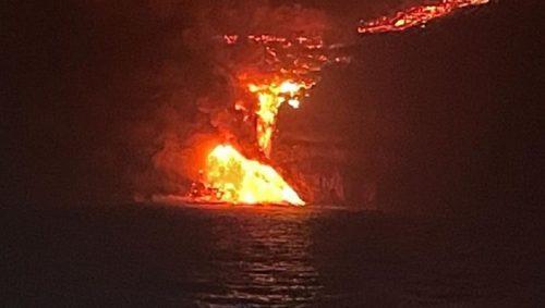 """Eruzione Cumbre Vieja, lava è arrivata in mare: """"Decretato raggio di esclusione di 2 miglia nautiche"""""""